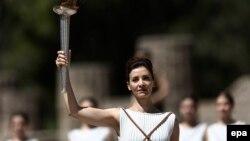 ბერძენი მსახიობი კატერინა ლეჰუ ოლიმპიური ჩირაღდნით ხელში საბერძნეთის ქალაქ ოლიმპიაში.