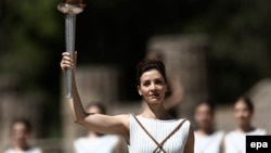 Олимпиада отун грециялык актриса Катерина Лехоу жандырды.