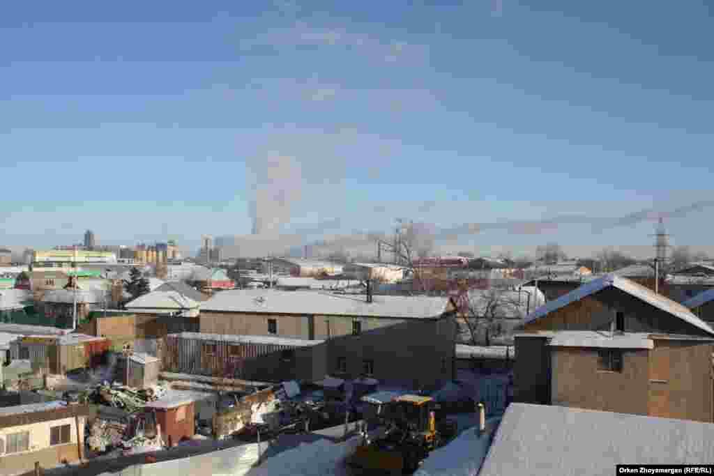 Дым, который идет от ТЭЦ, ветром приносит в город. Над жилыми массивами висит смог.