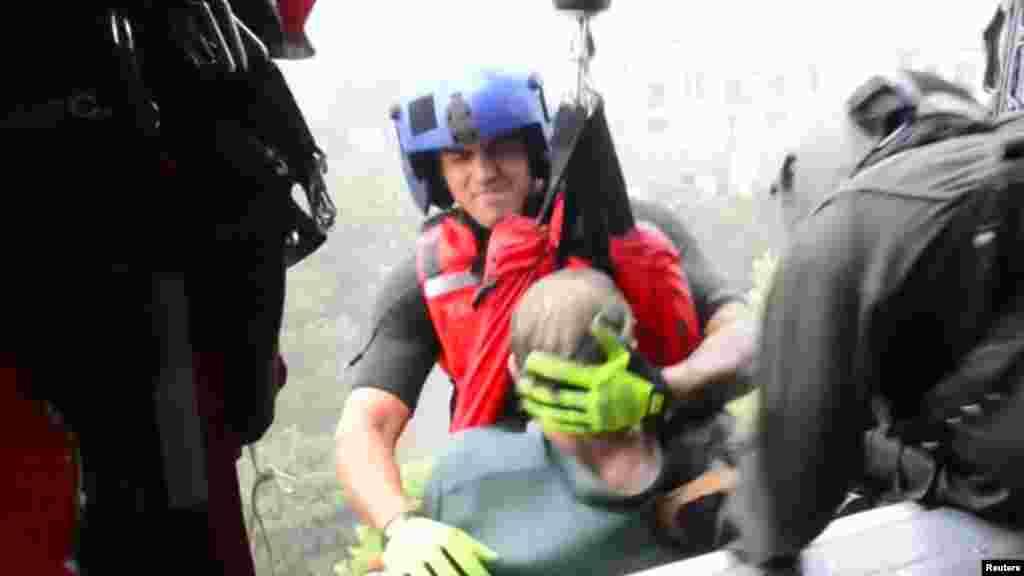 تاکنون دستکم ۲۵ نفر بر اثر طوفان و سیل شدید پس از آن جان خود را از دست دادهاند.