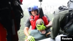 Береговая охрана США участвует в спасении пострадавших от урагана «Харви».