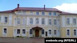 Архірэйскі палац у Магілёве – у 1918 управа ВЧК. У гэтым доме бальшавікі няволілі сьвятароў перад тым, як іх забіць. Сёньня – Дзень чэкіста