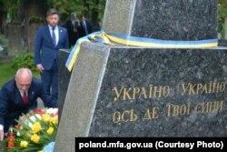 Міністр оборони Польщі Антоній Мацеревич кладе вінок до пам'ятника воїнам УНР у Варшаві, 15 серпня 2017 року