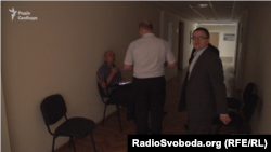В коридорі перед кімнатою, де співбесіда до ДБР, – темрява: перегоріли лампочки.