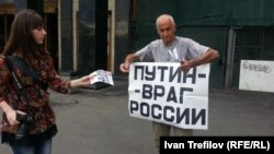 Russia -- Vladimir Ionov. Rally in Moscow after Navalny trial, July 18, 2013.