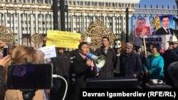 Рита Карасартова виступає перед мітингувальниками у Бішкеку, 5 березня 2018