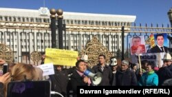 Митинг против добычи урана. Рита Карасартова с громкоговорителем