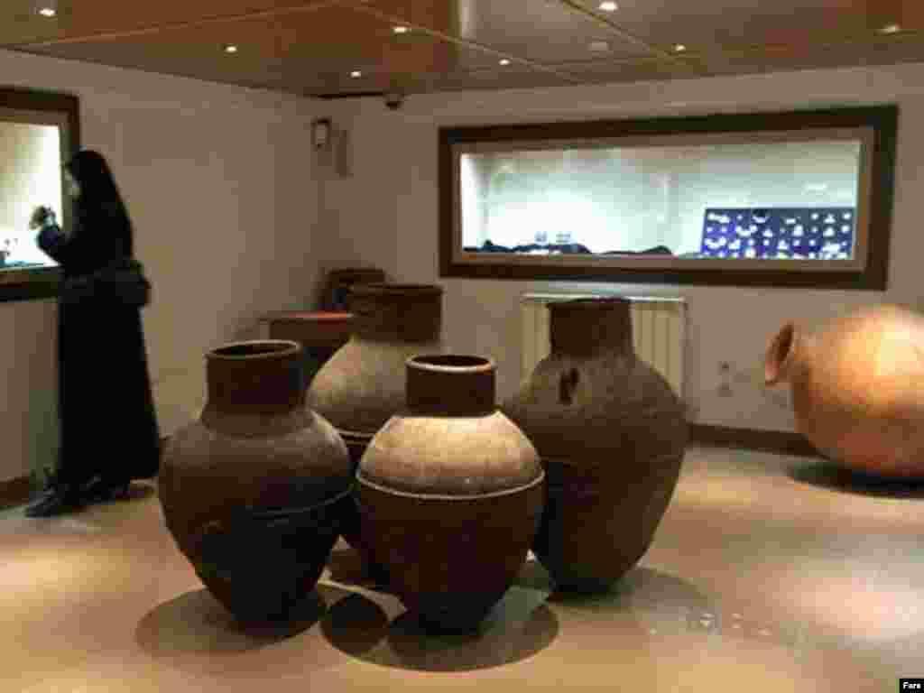 قمقمه سفالی با دو دسته عمودی متعلق به دوره ساساني محل کشف شوش