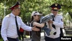 Задержание полицейскими женщины в Алматы. 23 июня 2018 года.