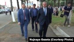 Деятельность главы кабмина Беслана Барцица (справа) в последнее время подвергалась критике