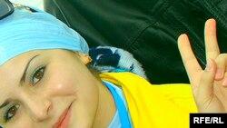 Кырым татар байрагындагы зәңгәрсу, алтын төсләргә төренгән Сәвил Карашаева
