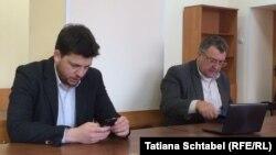 Леонид Волков и его адвокат Владимир Бандура в зале Новосибирского суда