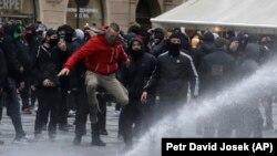 Полицията в чешката столица използа водно оръдие и сълзотворен газ срещу стотици футболни и хокейни фенове