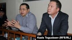 Обвиняемые в «разжигании розни» активисты Ермек Нарымбаев (слева) и Серикжан Мамбеталин. Алматы, 5 января 2016 года.