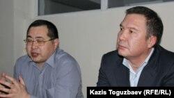 Гражданские активисты Серикжан Мамбеталин (справа) и Ермек Нарымбаев на суде по их делу. Алматы, 5 января 2016 года.