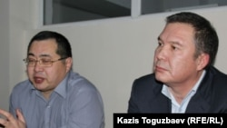Гражданские активисты Серикжан Мамбеталин (справа) и Ермек Нарымбаев на суде. Алматы, 5 января 2016 года.