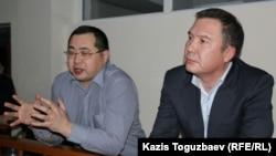 Обвиняемые в разжигании розни активисты Ермек Нарымбаев (слева) и Серикжан Мамбеталин. Алматы, 5 января 2016 года.