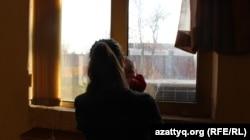 Зорлық-зомбылықтан 14 жасында босанған Жәзира терезеге қарап тұр. Шымкент, 10 қараша 2016 жыл.