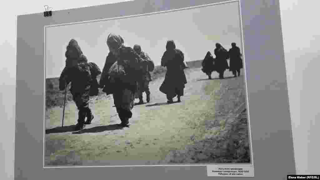 """Фото """"Беженцы голодомора"""". Сотрудники музея называют эти снимки уникальными и бесценными. Они показывают реальную жизнь того времени. Голод в Казахстане 1932-1933 годов был вызван официальной политикой «уничтожения кулачества как класса»,коллективизацией, увеличением центральными властями плана заготовок продовольствия, а также конфискации скота у местного населения в пользу государства."""