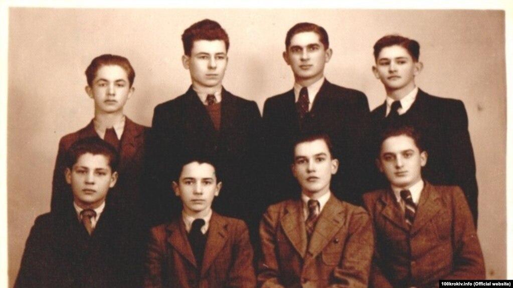 Хустські гімназисти. У верхньому ряді зліва: Іван Семедій та Іван Маргітич, майбутні єпископи. Хуст, 28 січня 1940 року