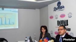 Директор по линии взаимоотношений с клиентами компании «Ереван джур» Гагик Маркарян представляет на пресс-конференции программы компании, Ереван, 1 апреля 2011 г.