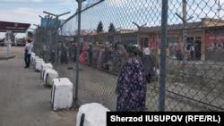 КПП «Дустлик» на узбекско-кыргызской границе. Фото репортера «Озодлика» Шерзода Юсупова.