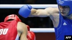 Abbos Atoyev (ko'k) nimchorak finalda ruminiyalik Bogdan Juratoniga qarshi. London, 2 avgust 2012.