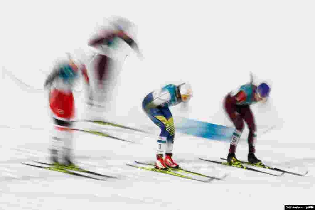 Бег на лыжах: шведка Стена Нильсон (в центре) и россиянка Юлия Белорукова (справа) соревнуются во время женского индивидуального спринта в классическом финале в лыжном центре «Альпенсия» в Пхенчхане. Нильсон получила золотую медаль, Белоруков – бронзовую