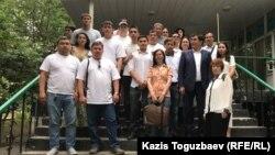 Родственники и сторонники предпринимателя 47-летнего Искандера Еримбетова, наблюдавшие за судебным процессом в Медеуском районном суде по уголовным делам. Алматы, 27 июня 2018 года.