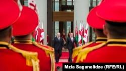 Несмотря на дождливую погоду, президент Белоруссии Александр Лукашенко и его грузинский коллега Георгий Маргвелашвили все же прошли по красной ковровой дорожке в президентскую резиденцию