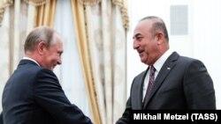 Vladimir Putin (solda) və Mevlut Cavusoglu Kremldə
