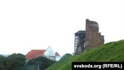 Руіны замку і Фарны касьцёл, дзе ў 1799-м ахрысьцілі Міцкевіча