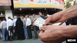İranda dollar növbəsi