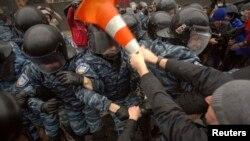 Сутички демонстрантів і міліції під Кабміном, 25 листопада 2013 року