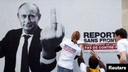 """""""Репортеры без границ"""" вывешивают плакат с изображением Владимира Путина. Жест символизирует его отношение к свободе прессы"""