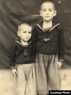Aktyor Rasim Balayev (solda) qardaşı Ramizlə