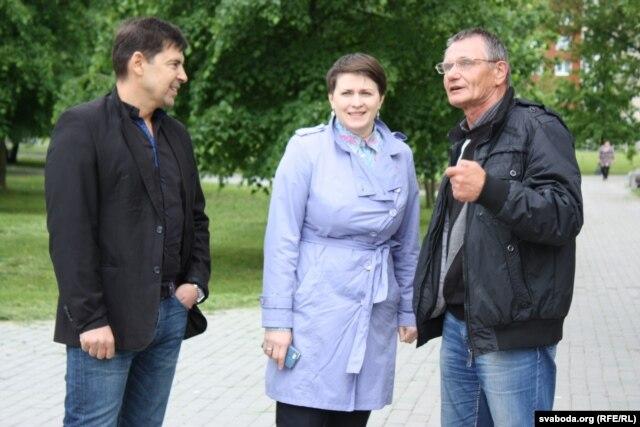 Тацьцяна Караткевіч і актывісты «Гавары праўду» Валянцін Лазарэнкаў (справа) і Яраслаў Берніковіч у Белаазёрску.