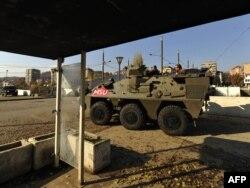 Vojnici KFOR-a patroliraju u Mitrovici, novembar 2011.