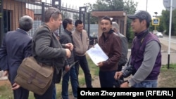 Нидерланд елшілігіне көңіл айтуға келген азаматтық белсенділер. Астана, 24 шілде 2014 жыл.
