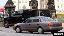 Машина, на которой, как предполагается, приехали нападавшие, у здания парламента Канады. Оттава, 22 октября 2014 года.