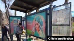Работник в маске моет остановку общественного транспорта в Алматы. Фото из telegram-канала акимата города.