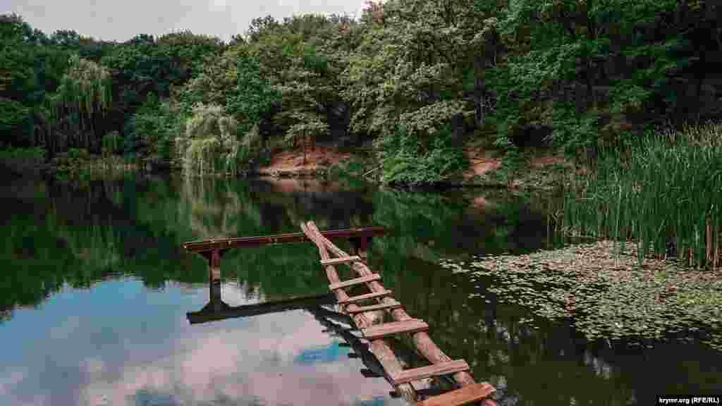 Рядом с поселком в лесных зарослях находятся два небольших озера