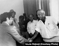 З колішнім прэм'ер-міністрам Ізраіля Арыэлем Шаронам у бытнасьць таго міністрам сельскай гаспадаркі, 1979 год