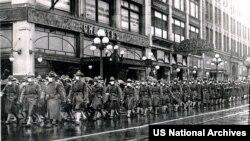 ABŞ-yň harby güýçleriniň39-njy polkunyň soldatlarySietl şäherinde Fransiýa ugradylmazdan öň. Photo:US National Archives