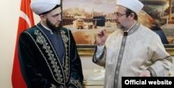 Муфтий Татарстана Камиль Самигулла и глава Комитета по делам религии Турции Мехмет Гёрмез за приятной теологической беседой