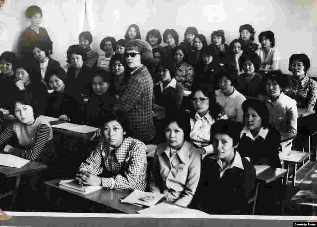 Студенттік шақ. - Алдыңғы партада (сол жақтан бірінші) отырған Алматыдағы Қыздар педагогикалық институтының студенті Мәдина Ералиева. 1975 жыл.