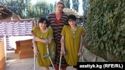 Зита (сол жақта) мен Гита (оң жақта) және аналары Зумрият Резаханова. Қырғызстан, 30 тамыз 2012 жыл.