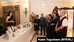 Дочь Айдархана Даулбаева, Даяна, представляет гостям 60-летнего юбилея ее отца полученные им награды и грамоты. Алматы, 16 декабря 2019 года.