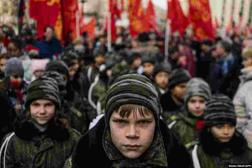 Cadets and Russian Communist Party activists and supporters attend an event in Moscow dedicated to the upcoming 102nd anniversary of the Bolshevik Revolution on October 29. (AFP/Dimitar Dilkoff)