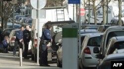 Полицейские стоят на месте стрельбы. Брюссель, 15 марта 2016 года.